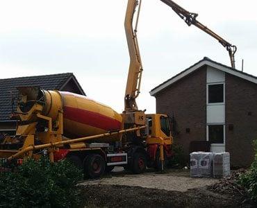 betonpomp stort beton bij een huis