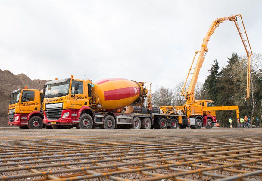 groot project waarbij betonmixer en betonpomp beton storten